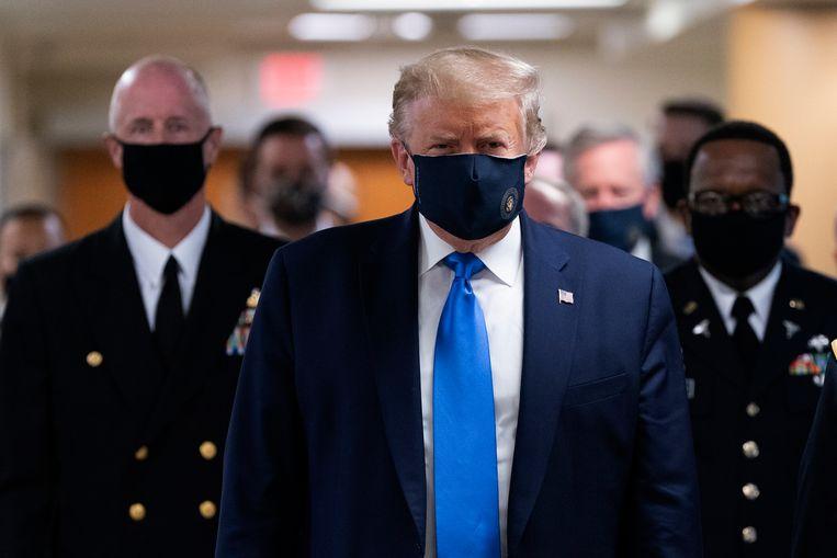 De Amerikaanse president Donald J. Trump tijdens zijn bezoek aan het militaire ziekenhuis - met mondmasker. (12/07/2020).  Beeld EPA
