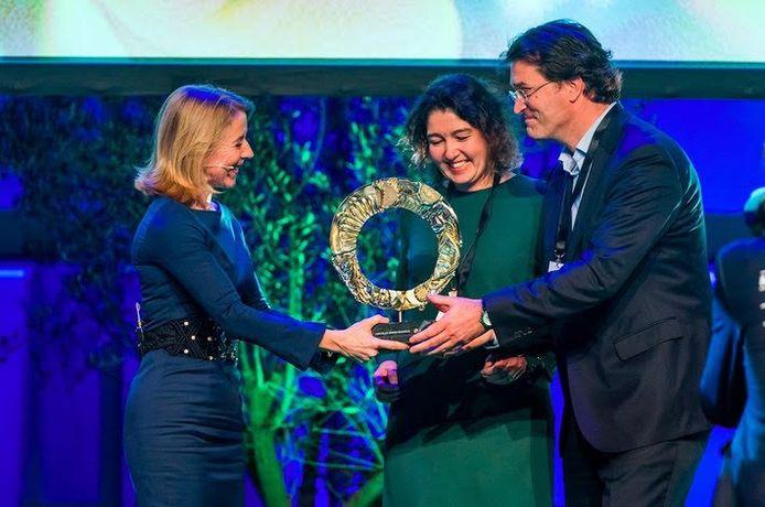 Jan-Joost Bosman van Auping ontvangt van staatssecretaris Stientje van Veldhoven de prijs.