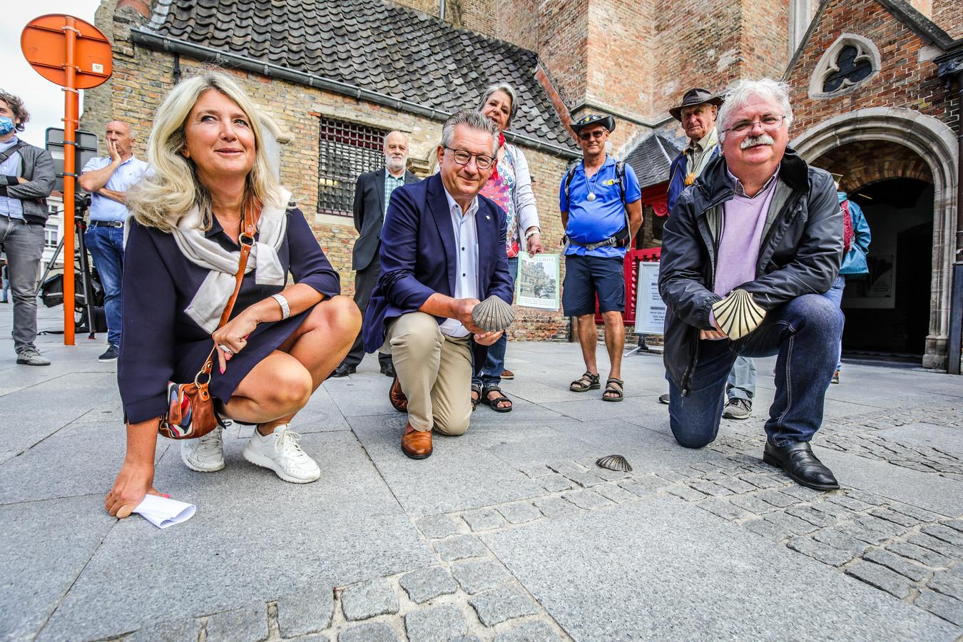 Schepen Mercedes Van Volcem, burgemeester Dirk De fauw en schepen Nico Blontrock bij de 29ste schelp, vlak bij de doopkapel van de Sint-Salvatorskathedraal.