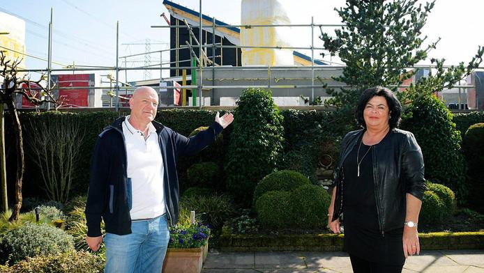 Carmen van Hal en Johan Aarnoudse kijken ineens aan tegen huizen in hun achtertuinen.