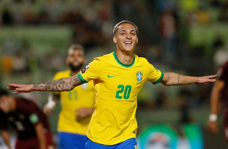 Antony juicht nadat hij Brazilië in de slotfase op 3-1 heeft gezet tegen Venezuela. De Ajacied debuteerde voor de Braziliaanse ploeg. Beeld REUTERS