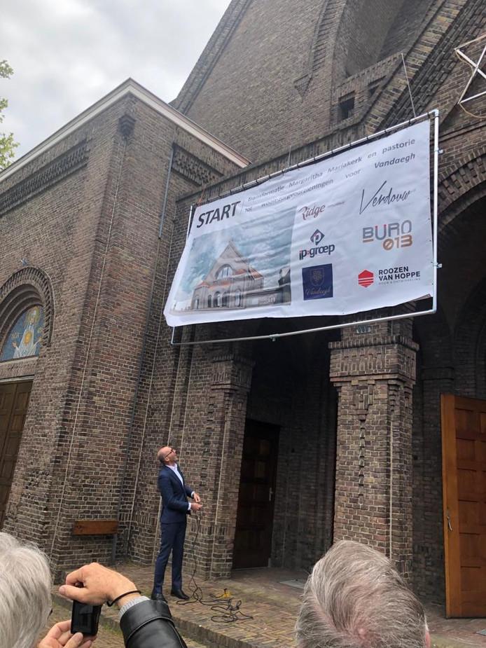 Wethouders Rolph Dols onthult het bouwbord op de Mariakerk