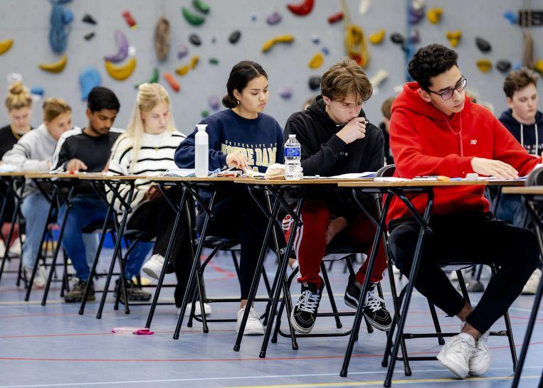 Leerlingen van Atheneum College Hageveld in Heemstede buigen zich over het eindexamen wiskunde van maandag. Daarover kwamen veel klachten binnen bij het LAKS.  Beeld ANP