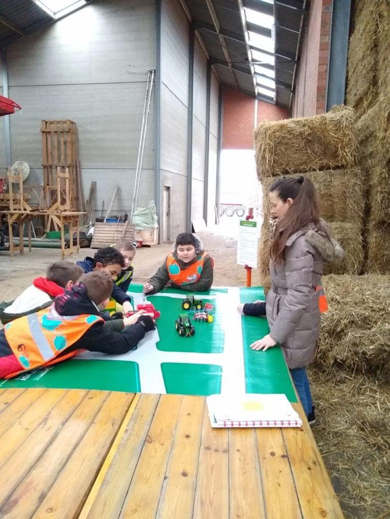 Leerlingen van De Vlieger tijdens het project 'verkeersveiligheid op den buiten'