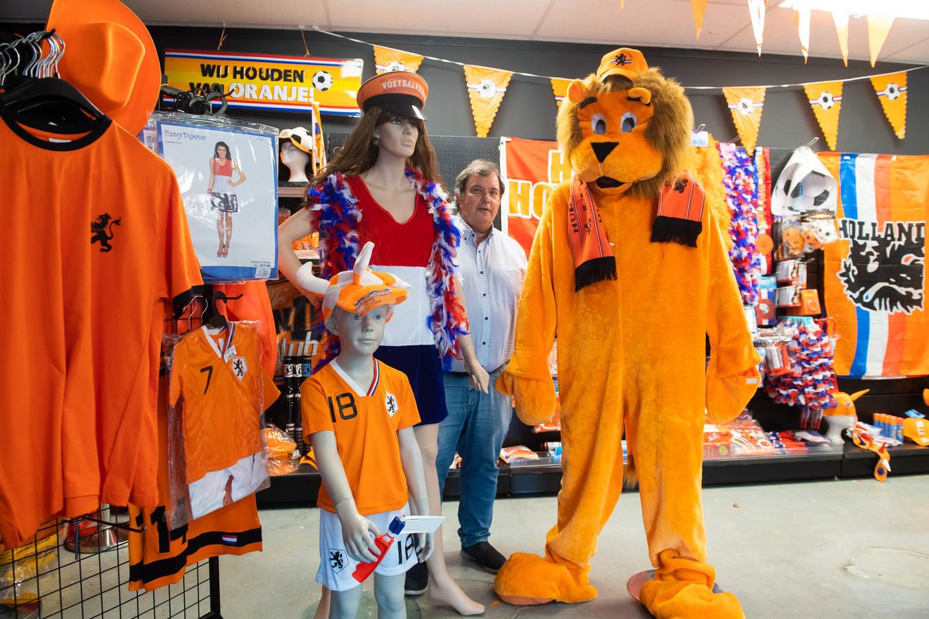 Met de verkoop van oranje shirtjes loopt het nog niet echt storm bij de Bredase ondernemer Cees van der Horst, maar de verhuur van beamers gaat des te beter.