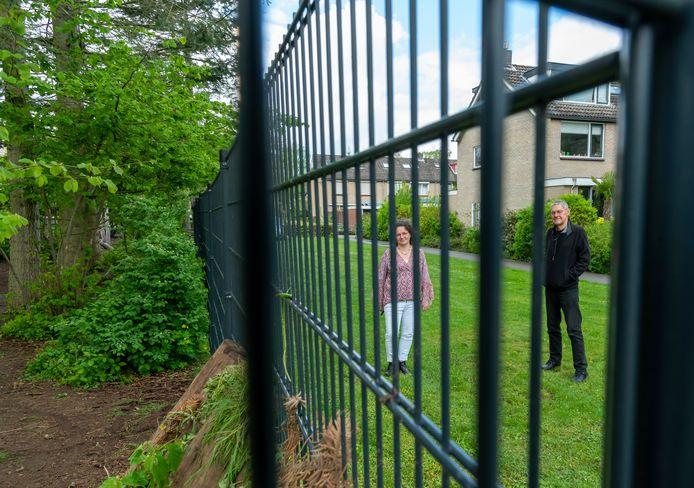 Erik Slagt en buurvrouw Marja Hoekstra eisen evenals andere omwonenden dat het hek dat de Augustinusschool heeft geplaatst rondom het openbaar plantsoen moet worden afgebroken. ,,We willen weer door het plantsoen kunnen lopen.''