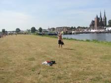 Friese Vierdaagseloper (77) zwemt de Maas over