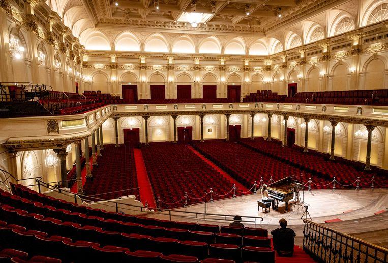 Iris Hond tijdens de opname van een optreden in Het Concertgebouw dat 111 dagen lang optredens organiseerde zonder publiek vanwege het coronavirus. Beeld ANP