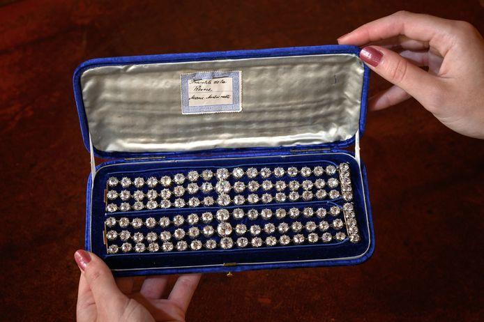 De armbanden van de Franse koningin zijn elk versierd met drie rijen van in totaal 112 diamanten.