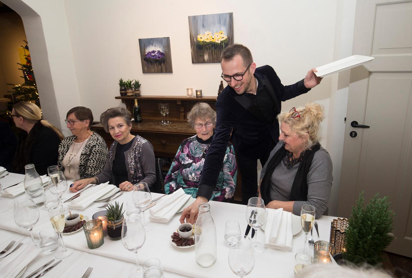 Pablo van Dick serveert in zijn restaurant Eet-Lokaal in Zevenaar