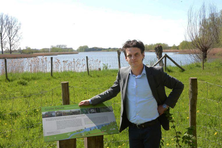 Schepen Filip Kegels bij het natuurreservaat Grote Geule dat de komende twee maand volledig uitgebaggerd zal worden.