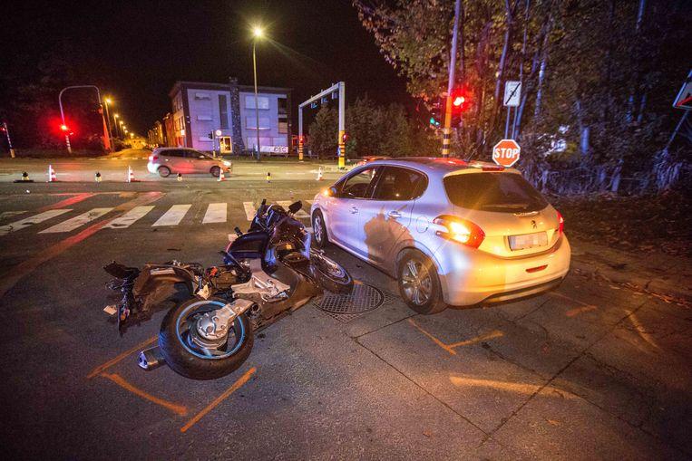De motorfiets werd weggeslingerd.