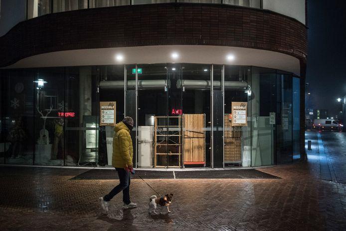 De gebarricadeerde pui van Blijdesteijn Mode in het centrum van Tiel.