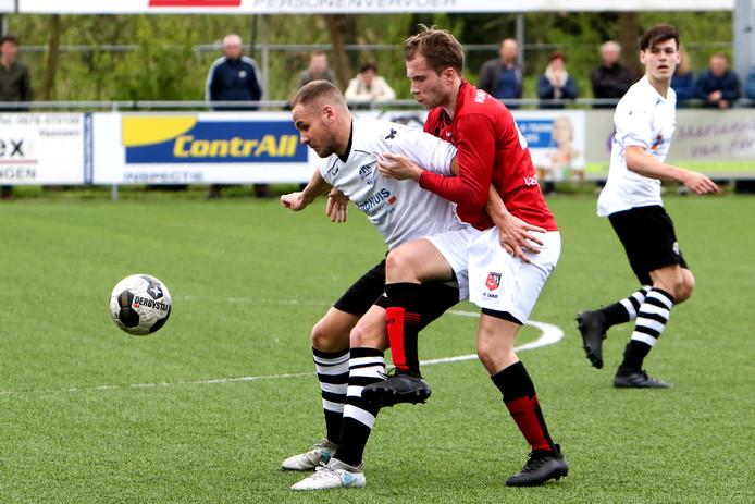 De beresterke David Klopman van Schalkhaar, die de bevrijdende 2-0 maakte, schermt de bal af voor een speler van Bemmel.