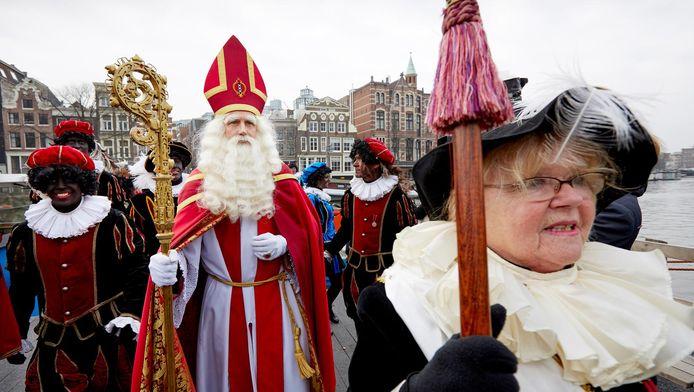 Sinterklaas en zijn gevolg van witte, zwarte en roetveegpieten.