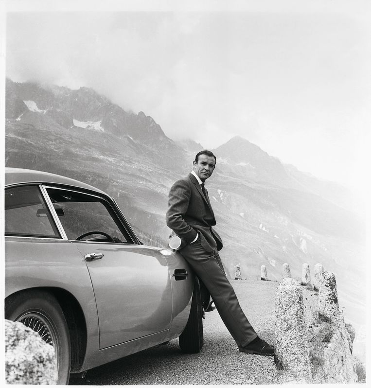 Sean Connery als James Bond met zijn Aston Martin DB5 in 'Goldfinger'. Beeld Aston Martin