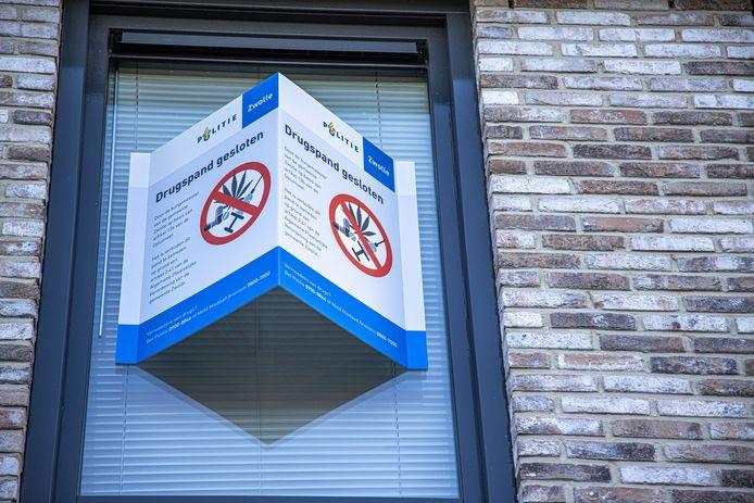 Burgemeester Snijders verzegelde vorige maand nog een woning in Stadshagen, van waaruit drugs werden verhandeld. Hij wil dit in de toekomst sneller doen, maar de meningen in de gemeenteraad zijn verdeeld.