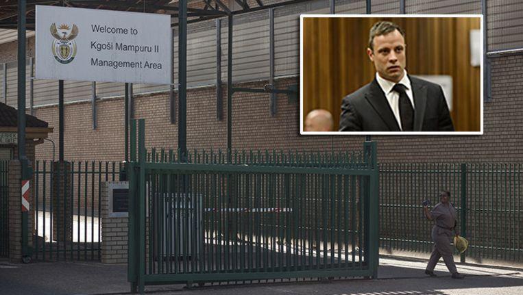 De Kgosi Mampuru II gevangenis in Pretoria, Zuid-Afrika. Inzetje: Oscar Pistorius, gisteren in de rechtbank. Beeld epa