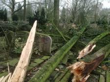Stormschade aan graven op gemeentelijk begraafplaats Oldenzaal