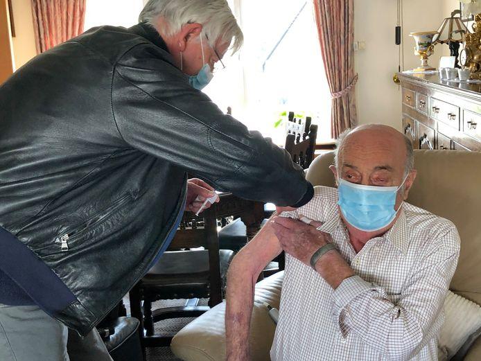 Georges Vandenborne mocht de spits afbijten en kreeg zijn eerste spuitje van het vaccin bij hem thuis.