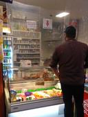 Snackbar Hobé in Dordrecht heeft een zeil gespannen tegen het coronavirus.