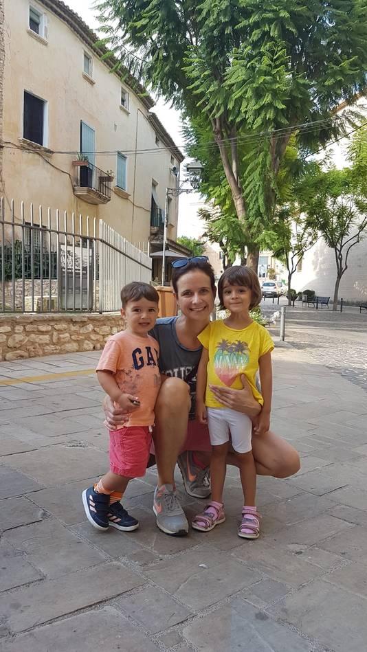 Floortje van Ewijk met haar kinderen.