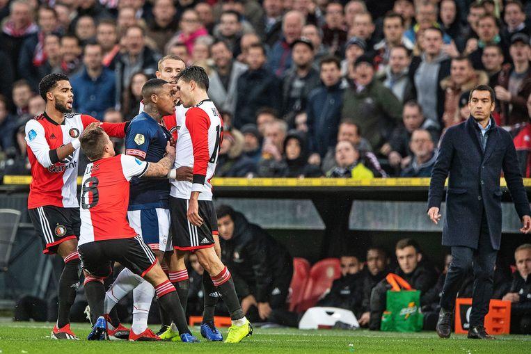 Steven Bergwijn is boos op Steven Berghuis nadat de aanvaller van Feyenoord de aanvaller van PSV onderuit heeft getikt. Beeld Guus Dubbelman / de Volkskrant