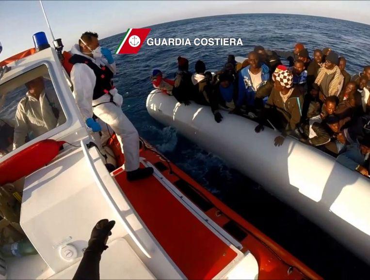 Een foto van de Italiaanse kustwacht toont een reddingsoperatie op de Middellandse Zee. Beeld afp