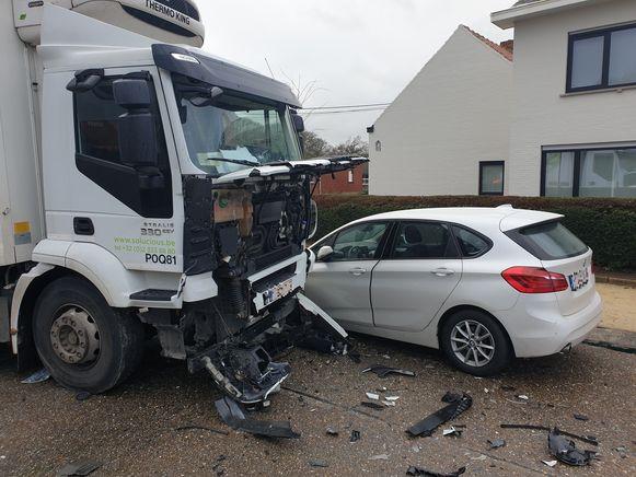 Na de klap tegen de bestelwagen botste de vrachtwagen ook tegen de personenwagen die Landweg wilde inrijden.