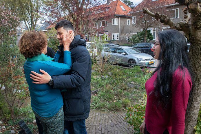 Jacob en Tina mogen in Nederland blijven. Tot grote vreugde ook van Julia van Grinsven, die Jacob bijles geeft.