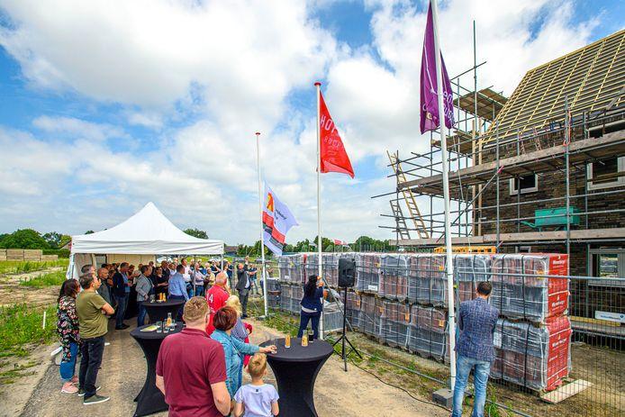 Net als bij dit woningbouwproject in Rucphen kon afgelopen week ook de vlag in top bij een woningproject in Ulicoten.