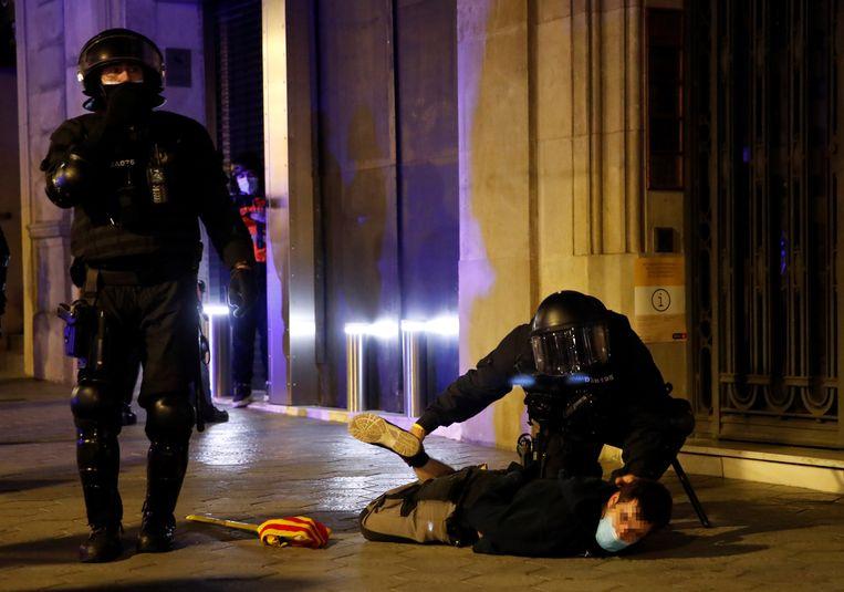 In Barcelona is het zaterdagavond, voor de vijfde dag op rij, tot confrontaties gekomen tussen politie en duizenden betogers. Ze protesteerden tegen de opsluiting van een Catalaanse rapper. Beeld EPA