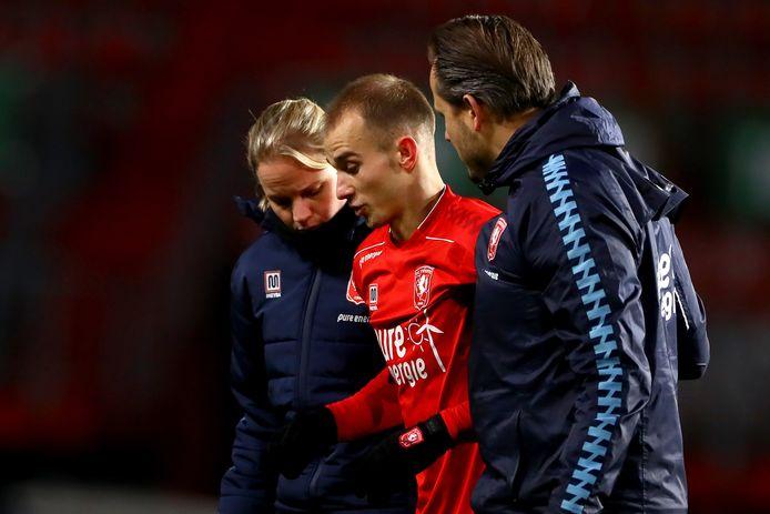 Vaclav Cerny verlaat geblesseerd het veld. De speler van FC. Twente wacht op een operatie en is maanden. uitgeschakeld.