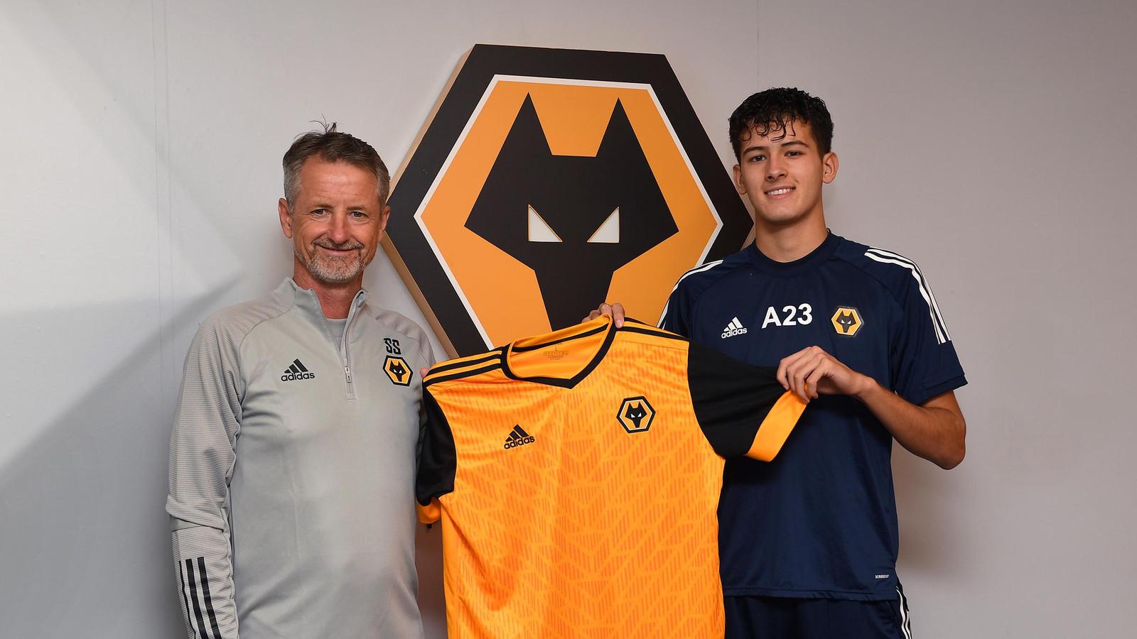 Justin Hubner tekent heeft zijn eerste profcontract bij Wolves getekend.