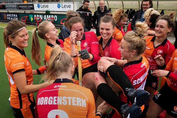 Daphne van der Velden wordt na haar laatste wedstrijd gejonast door teamgenoten.