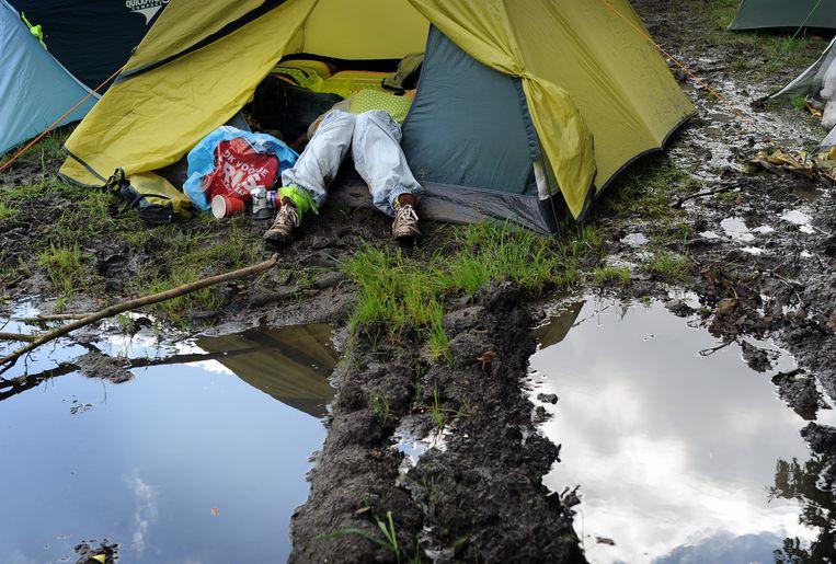 Voorkom dat je tent in een modderpoel komt te staan. Beeld Marcel van den Bergh