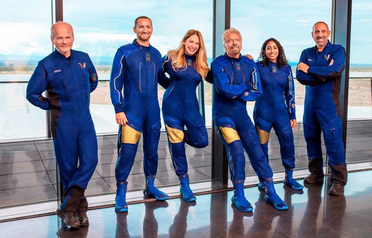 Richard Branson, derde van rechts, en de crew die met hem meevliegt. Beeld AP