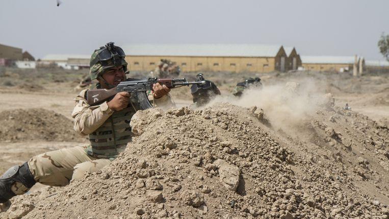 Irakese soldaten worden getraind door Amerikaanse soldaten in Irak. Beeld null