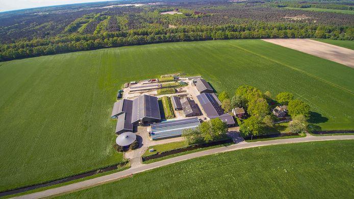 De boerderij aan Kanaalweg 5 in Drunen die de provincie eerder opkocht. Door het agrarisch bedrijf te beëindigen, komt veel stikstofruimte vrij. Naar nu blijkt niet voldoende om alle 'stikstofgevolgen' van de Gebiedsontwikkeling Oostelijke Langstraat (GOL) op te vangen.