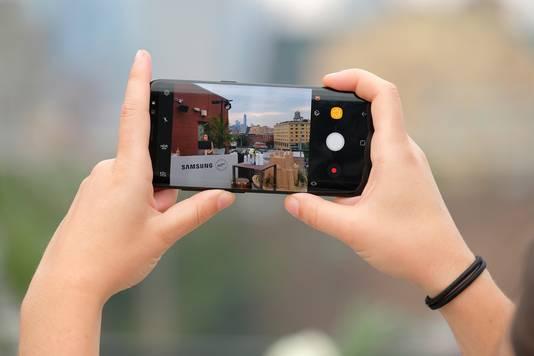 Een gebruikster neemt een foto met de Samsung Galaxy S8.