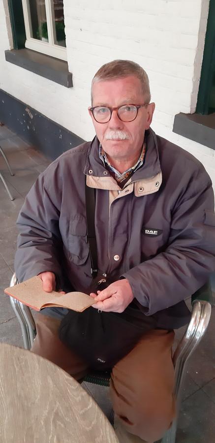 Jean-Luc Deboudt uit Nuenen leest in het dagboek van zijn vader Paul, uit de tijd dat hij gevangen zat in Duitsland tijdens de Tweede Wereldoorlog.