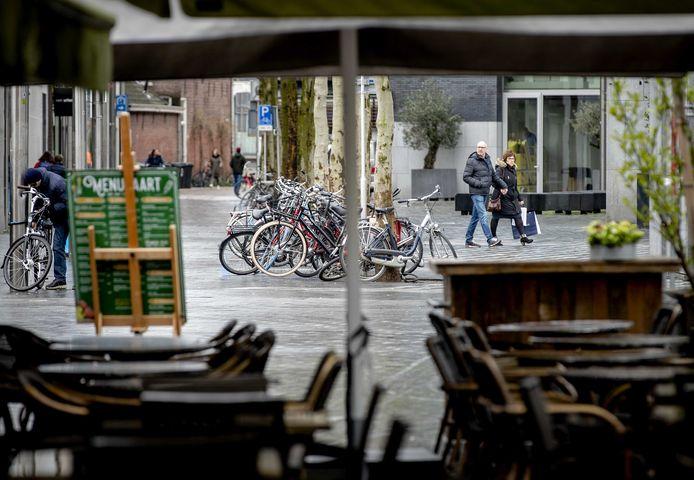 Lege terrassen in een winkelstraat in het centrum van Tilburg.