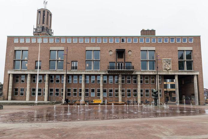 Stadhuis Hengelo. Het plein ervoor is in 2020 omgetoverd tot evenementenplein, een van de investeringen van dat jaar waar het college tevreden op terugkijkt.