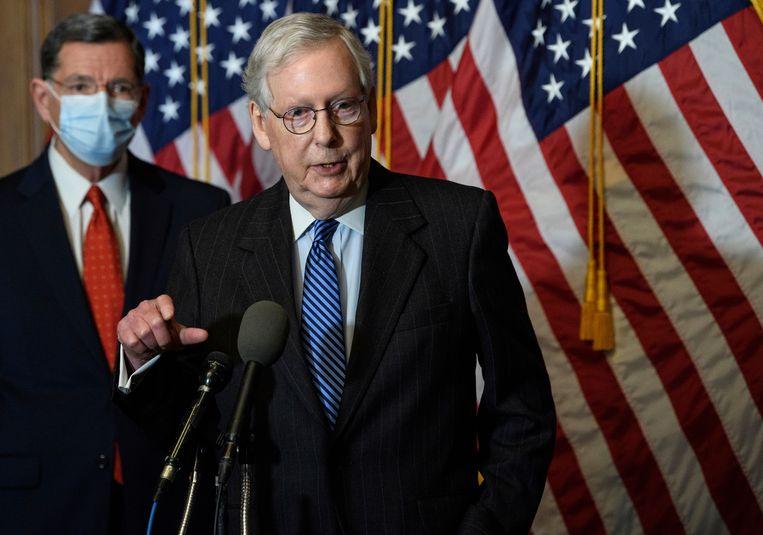 De republikeinse leider in de Senaat Mitch McConnell staat de pers te woord in Capitol Hill in Washington over het grote steunpakket van de overheid voor burgers, scholen en bedrijven. Beeld AP