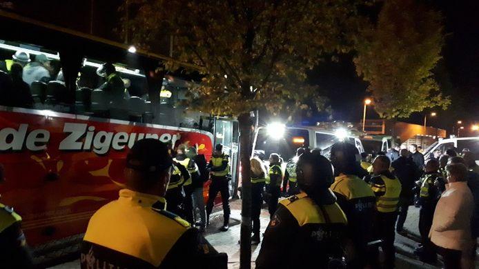 De supportersbus werd ingesloten door de ME..