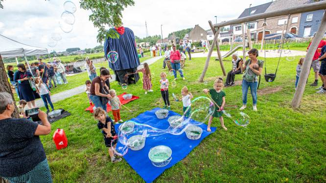 Denderpleintje aan Dikke Van Pamel plechtig ingespeeld door kinderen uit de buurt