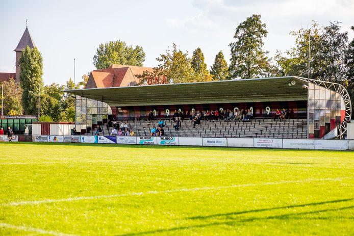 Het sportcomplex van ONA (in de tijd dat er wel publiek op de tribune mocht zitten).