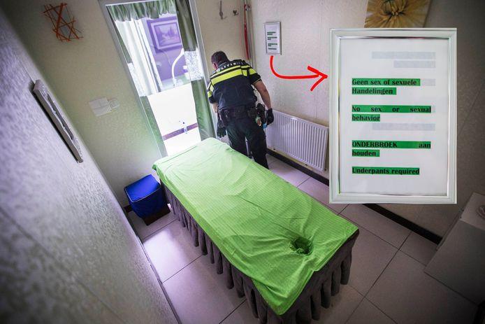 De politie zoekt naar sporen tijdens een inval in een van de Haagse massagesalons
