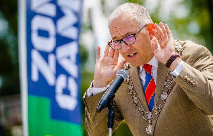 Het pleidooi van de Rotterdamse burgemeester Ahmed Aboutaleb om nog eens onderzoek te doen naar het nut van een mondkapjesplicht, oogst hoon en bijval.