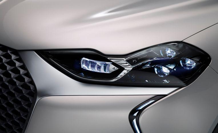 De signatuurverlichting blijft een van de fraaiste details van de DS, de ledkoplampen hebben nu zelfs paarse accenten. Beeld